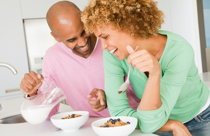 man-and-woman-eating-breakfast